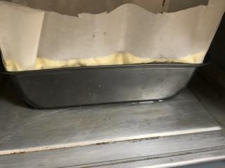 古早蛋糕(抖臀),我不是用活底的,不用包锡纸。外面在用大一点的盆装水2-3CM。水浴法。烤箱温度140°时间60-80。(烤箱不同脾气不同)