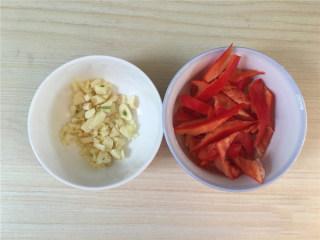 红椒炒花菜,大蒜切碎。红椒切斜段