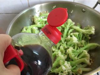 红椒炒花菜,加适量的生抽入味