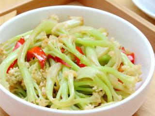 红椒炒花菜,午餐好啦