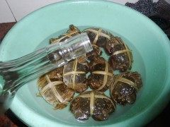 清蒸大闸蟹,刷洗好的大闸蟹到入白酒浸泡。