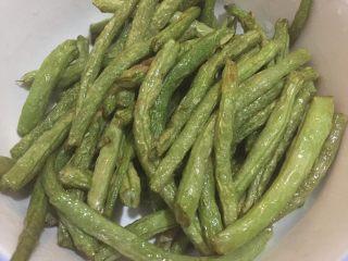 干煸豆角,如图炸至四季豆变色,变软捞出沥干水分