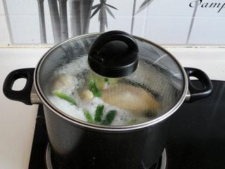 私房白切鸡,盖盖大火煮沸。转中火煮12分钟。