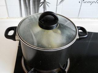 私房白切鸡,关火再盖盖焖10分钟。