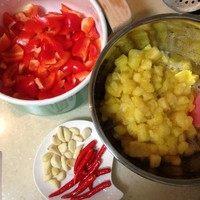 泰式甜辣酱汁,准备工作:先切菠萝!以免等会儿菠萝果肉沾上其他味道,新鲜果肉切成小块就好啦。然后红椒去籽洗净切块,小辣椒洗净,去头,切成小块;大蒜剥好去掉薄膜。