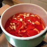 泰式甜辣酱汁,将处理好的红甜椒、红辣椒,还有处理好的蒜瓣,一起放入加水的锅内,煮到都变软的时候,捞出,煮过的水不要倒。煮的水量不在方子控制范围内,煮的时候也不要加太多水。
