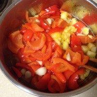 泰式甜辣酱汁,将煮好的红辣椒、大蒜和菠萝一起加入料理机,加入40g煮辣椒的水,搅拌成均匀细腻的混合物。