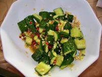 刀拍黄瓜,将辣椒段、花椒、葱花和热油淋在黄瓜段上即可