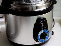 干贝海鲜粥,盖锅,调到粥的档位,接通电源。