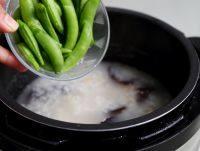 干贝海鲜粥,解压后,打开锅盖,加些青色的蔬菜,我用了葱和荷兰豆,再次启动,见锅开就断电。