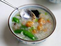 干贝海鲜粥,盛入各人碗里,根据各人喜爱加胡椒等调味。