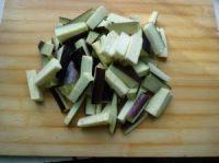 韭菜花炒茄子,茄子洗净后切成5厘米长的小条。