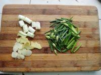 韭菜花炒茄子,韭菜花洗净切段,姜、蒜切片,葱切段备用。