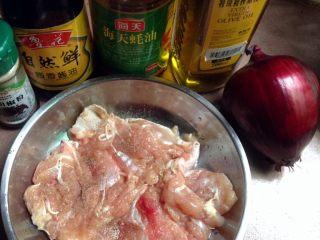 黑椒鸡扒饭,如图准备食材,鸡腿解冻去骨,用刀背敲打几下,再用盐和黑胡椒粉腌制1小时左右