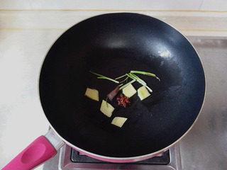 豉油鸡,锅里放入2汤匙的油,加入桂皮、八角、葱段和姜片煸香。