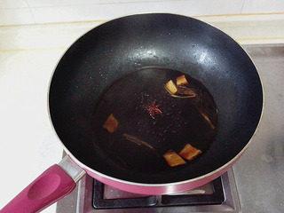 豉油鸡,此时酱汁煮过10分钟后就可以闻到很香的香料味了。