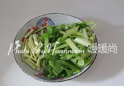 吉祥如意香茅烤鸡,香茅去除老根和叶子只留茎,然后切段。芹菜洗净后同样切段。