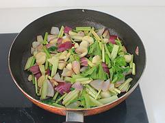吉祥如意香茅烤鸡,下香茅和芹菜段,调入1勺盐,翻炒均匀后关火。