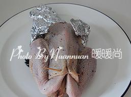 吉祥如意香茅烤鸡,.将鸡腿也塞进鸡肚子内,然后用棉线将鸡肚子简单缝一下(我开始用的牙签,但很容易散开,建议用棉线)。另外用锡纸将容易烤焦的鸡脖子、鸡翅位置包起来。