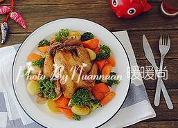 吉祥如意香茅烤鸡,将烤好的三黄鸡装盘,周边码上烤好的蔬菜,最后点缀上一些法香即可。