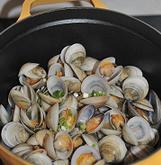 酒蒸蛤蜊,打开盖子让酒充分挥发,待蛤蜊全部张口后,加入一茶匙生抽翻炒一下。再放入一小块黄油,等黄油全部融化,关火撒少许香葱碎即可。