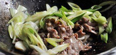 蔥爆羊肉,最后放炒好的羊肉爆炒幾下即可出鍋