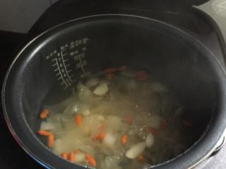 银耳百合雪梨汤,煮到浓稠即可