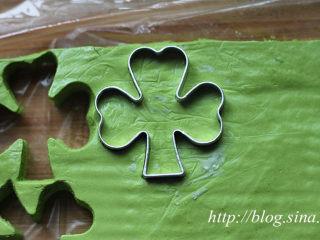 ~水玉抹茶夹心蛋糕卷~一抹清新绿,16、用模子压刻出四叶草的形状; 17、将刻好的四叶草奶冻叠加起来,放入冰箱冷冻备用。