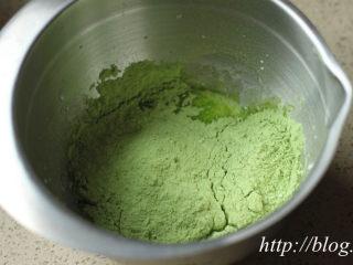 ~水玉抹茶夹心蛋糕卷~一抹清新绿,抹茶戚风蛋糕卷 1、将玉米油、幼砂糖、盐及牛奶倒入容器中; 2、用打蛋器搅成米汤状; 3、低粉及抹茶粉混合后筛入,略拌至无干粉末状;