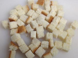 奶油蘑菇汤,吐司面包切成1cm丁状大小放入烤盘中或瓷碗中