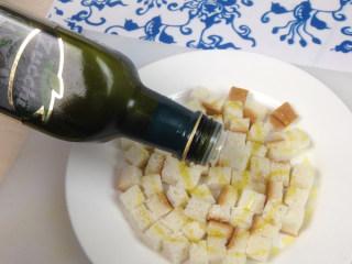 奶油蘑菇汤,将适量的橄榄油均匀的倒在切好的面包上