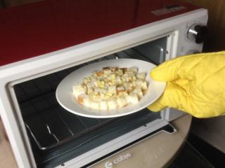 奶油蘑菇汤,吐司面包丁进烤箱220摄氏度,上下火,烤10分钟