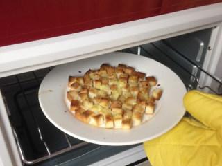 奶油蘑菇汤,考好的面包丁装盘待用