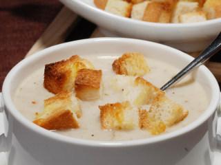 奶油蘑菇汤,将面包丁放入加热好的奶油蘑菇汤即可享用