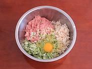 红烧狮子头,将剁好的猪肉、葱姜藕末放入大的容器内,打一个<a style='color:red;display:inline-block;' href='/shicai/ 9'>鸡蛋</a>进去。