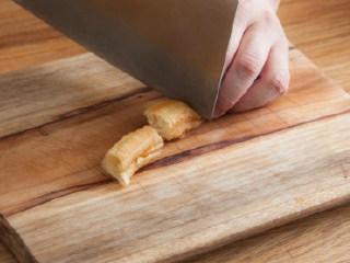糖醋素排骨,把所用材料调成无颗粒的糊状,备用。油条切段