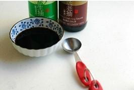 上海本邦葱油面,用量匙将生抽和老抽按量放进小碗里待用。