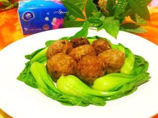 红烧狮子头,如图将蒸好的丸子放在油菜中间