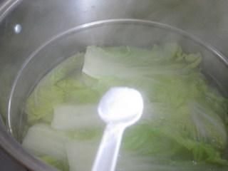炒蚕豆,清水煮熟白菜,加入适量的盐