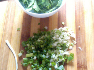 杂酱酸辣粉,香菜、小葱切成细末待用。