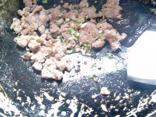 杂酱酸辣粉,肉末里放入适量的葱花翻炒。