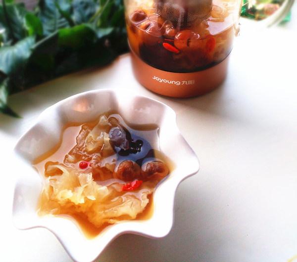 桂圆枸杞银耳羹,盛到碗内,每天一壶最好咯,甜甜的很好喝