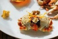 清蒸大螃蟹,在蟹身中间有一个呈六角形的片状物,那是蟹心,大寒,不能食用。