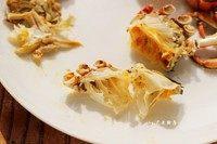 清蒸大螃蟹,将蟹身上的肉拆出吃掉,吃干净的蟹壳是呈半透明状。