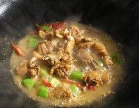咖喱鸡块盖浇饭,接下来把过了油的土豆和胡萝卜盛在盘子里待用,锅里留一点油,然后用葱姜爆锅把鸡肉到进锅里翻炒