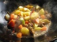 咖喱鸡块盖浇饭,之后倒进过了油的土豆和胡萝卜一起翻炒