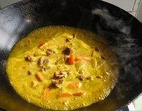 咖喱鸡块盖浇饭,之后倒入调好咖喱汁,倒进锅里。再加水,水没过菜就可以了,然后放入盐和一些糖,等到汤不是特别多了放一些味精