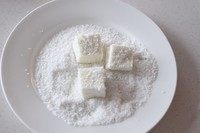 奶油小方,凝固后取出切成方形,外面裹层椰蓉即可食用