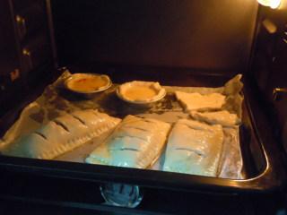 快手香蕉派,190度预热中层烤25分钟,烤到金黄色就可以出炉了