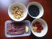 核桃黑豆炖猪腰,备齐材料。